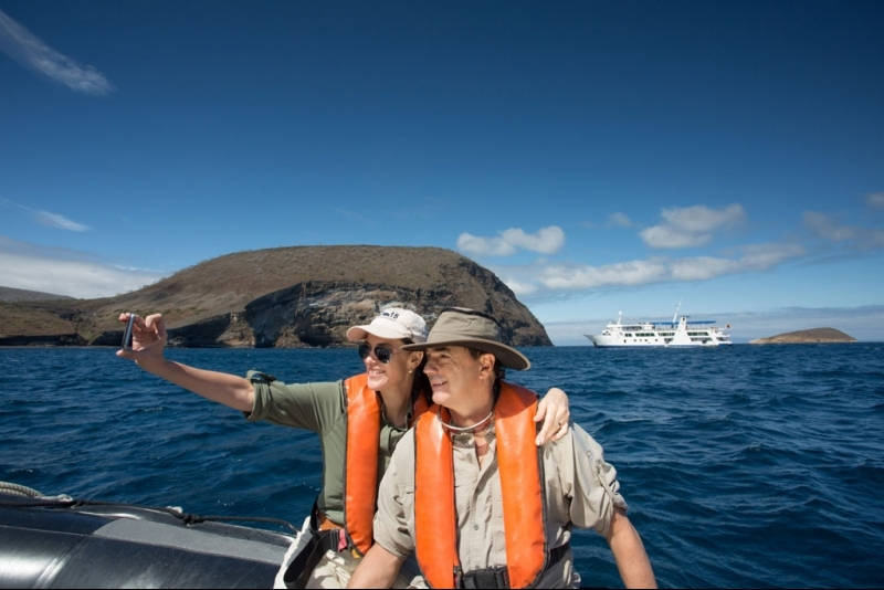 Couple travel galapagos